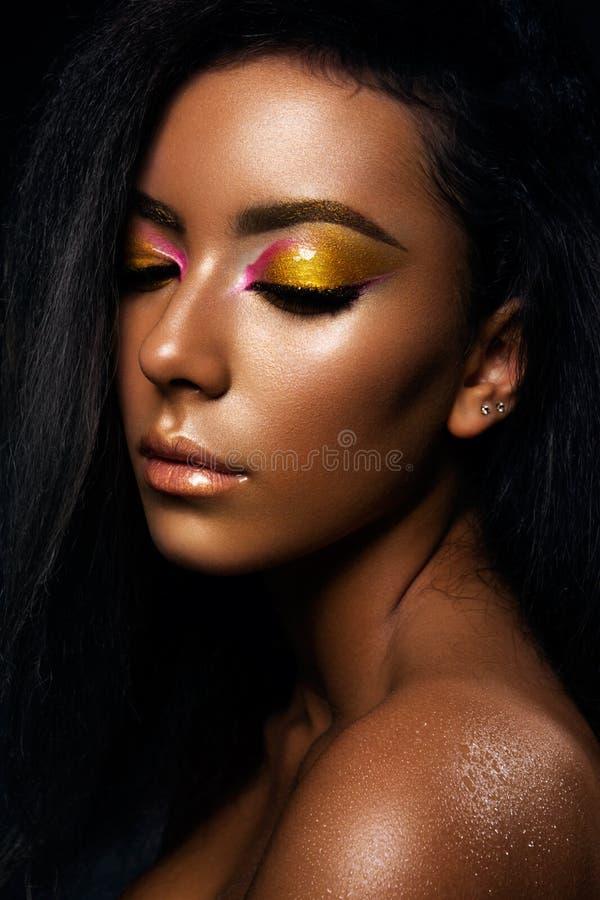 Stående av en sinnlig ung afrikansk kvinna royaltyfria foton