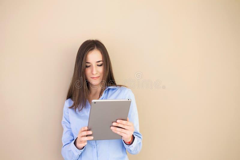 Stående av en självsäker kvinna med en minnestavla i hennes hand arkivfoto