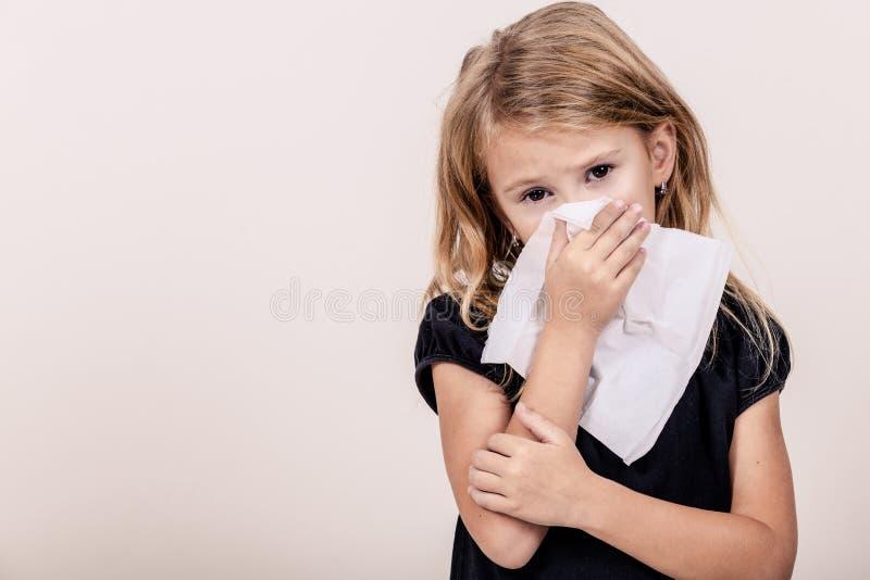 Stående av en sjuk liten flicka royaltyfri fotografi