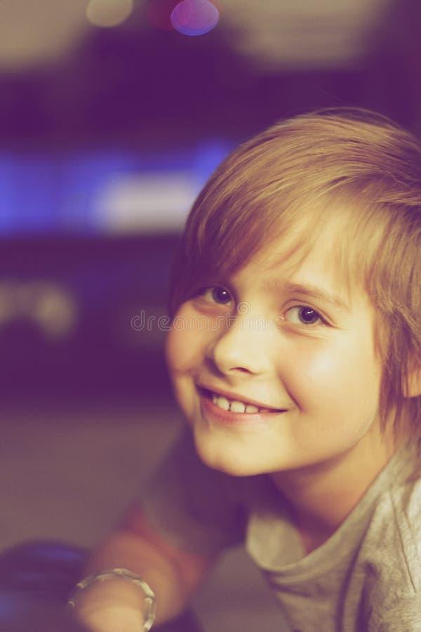 Stående av en skolapojke med ett leende arkivfoton
