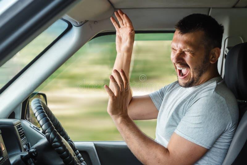 Stående av en skrikig ung affärsman som får in i bilolycka, medan köra royaltyfri foto