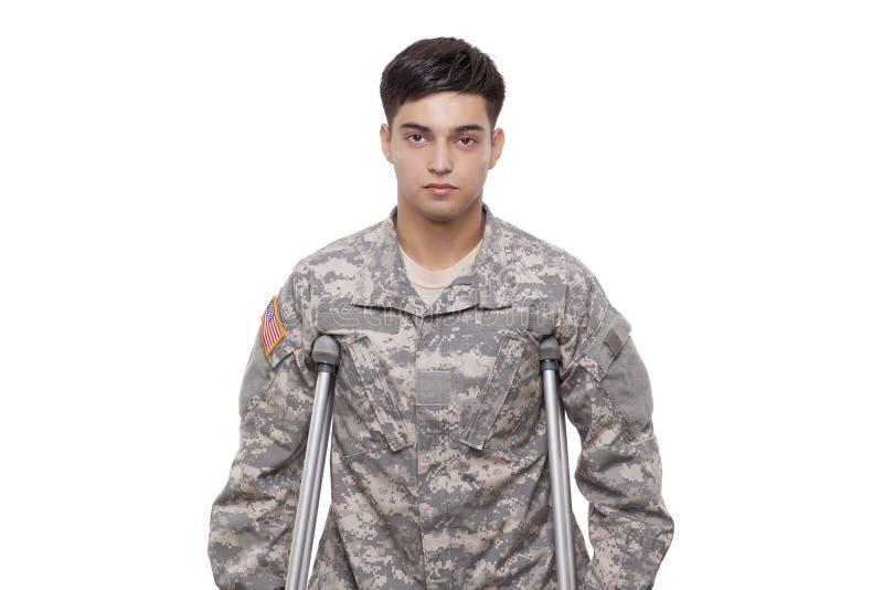 Stående av en soldat med kryckor arkivbild