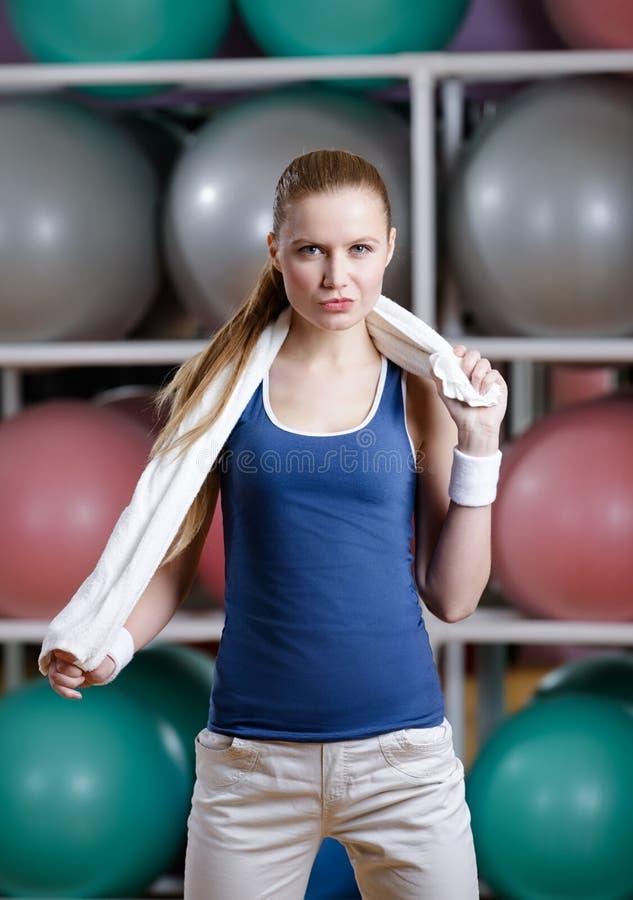 Stående av en sportive ung sportive kvinna med handduken arkivfoton