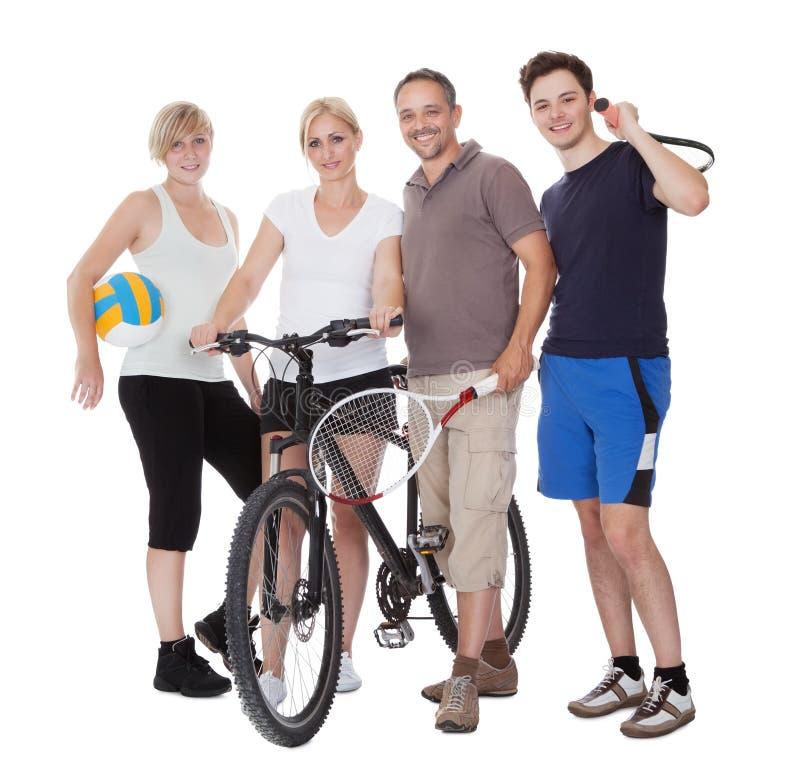 Stående av en sportslig familj arkivfoton