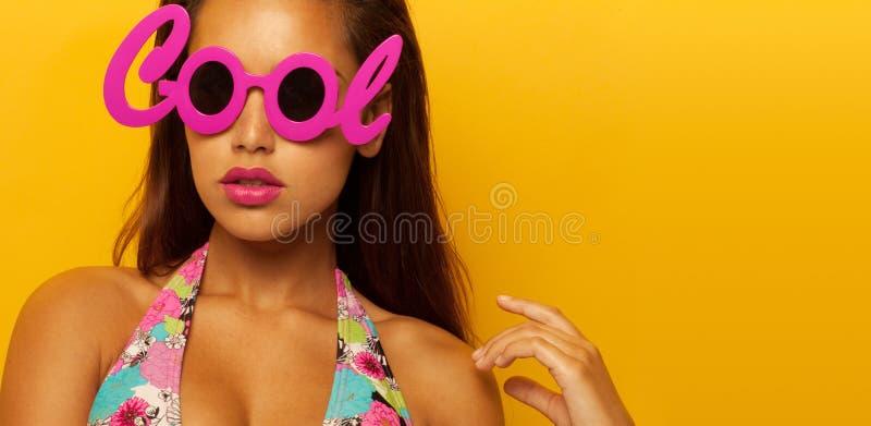 Stående av en stilfull flicka som bär kalla exponeringsglas arkivbilder