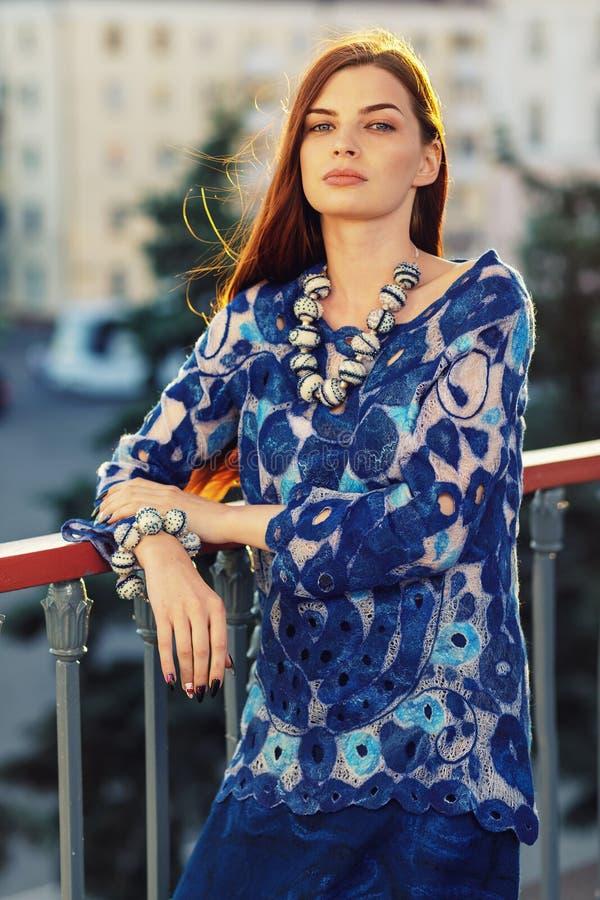 Stående av en stilfull härlig flicka i märkes- kläder arkivbilder
