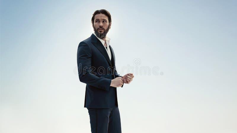 Stående av en stilfull man i en elegant dräkt fotografering för bildbyråer