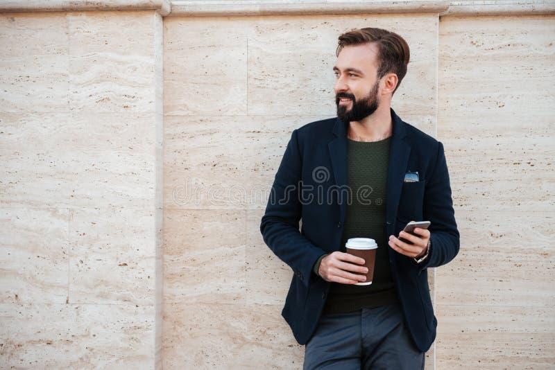 Stående av en stilig le hållande kaffekopp för man arkivbild