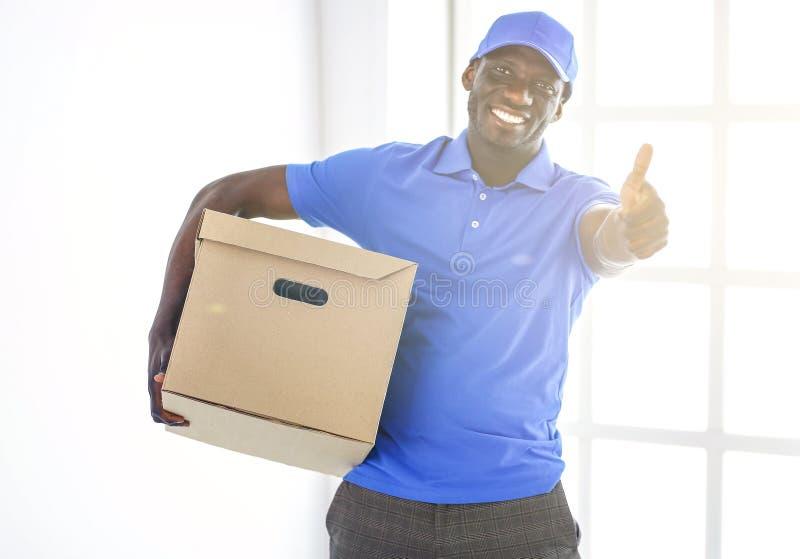 Stående av en stilig lycklig deliverer med asken arkivfoto