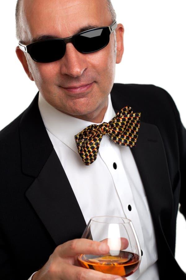 Stående av en stilig man i en smoking royaltyfri fotografi