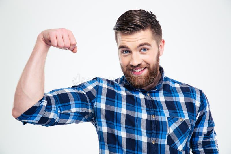 Stående av en stilig man som visar hans muskler royaltyfri foto