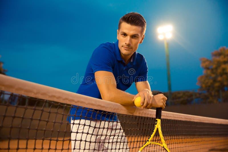Stående av en stilig manlig tennisspelare arkivbild