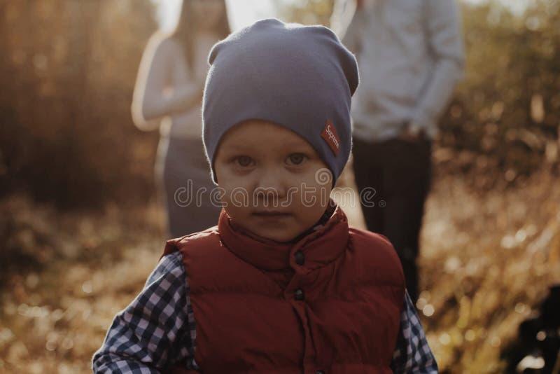 Stående av en stilig pojke med en stilfull fluga pojken eyes green royaltyfri bild