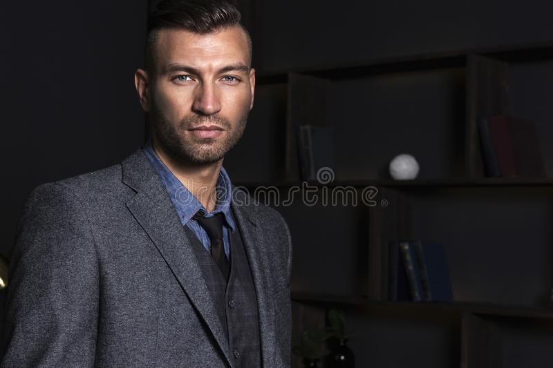 Stående av en stilig stilfull man i en dräkt Affärsman med en säker blick fotografering för bildbyråer
