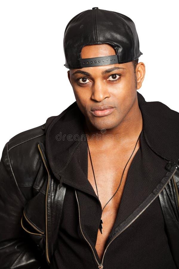 Stående av en stilig svart man med hatten Svartkläder Tillgänglig PNG royaltyfri fotografi