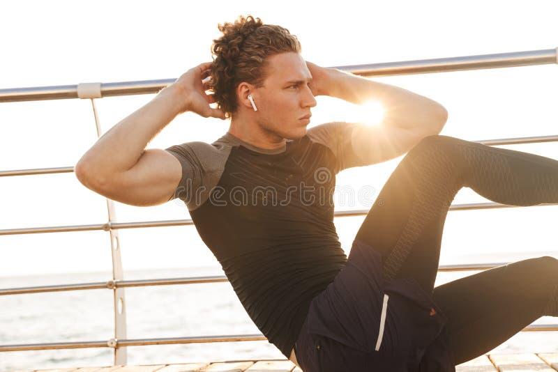 Stående av en sund idrottsman som gör övningar royaltyfri foto