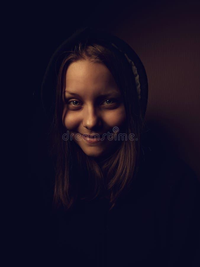 Stående av en tonårig flicka för jäkel med ett illavarslande leende royaltyfria bilder