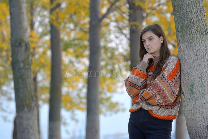 Stående av en tonårig flicka i skog royaltyfri fotografi