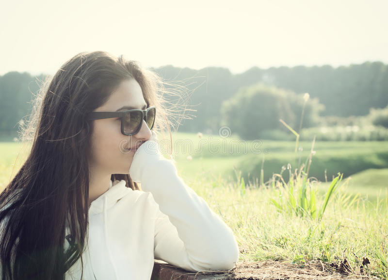 Stående av en tonåring med solglasögon arkivbilder