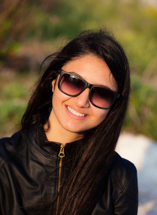 Stående av en tonåring med solglasögon arkivbild