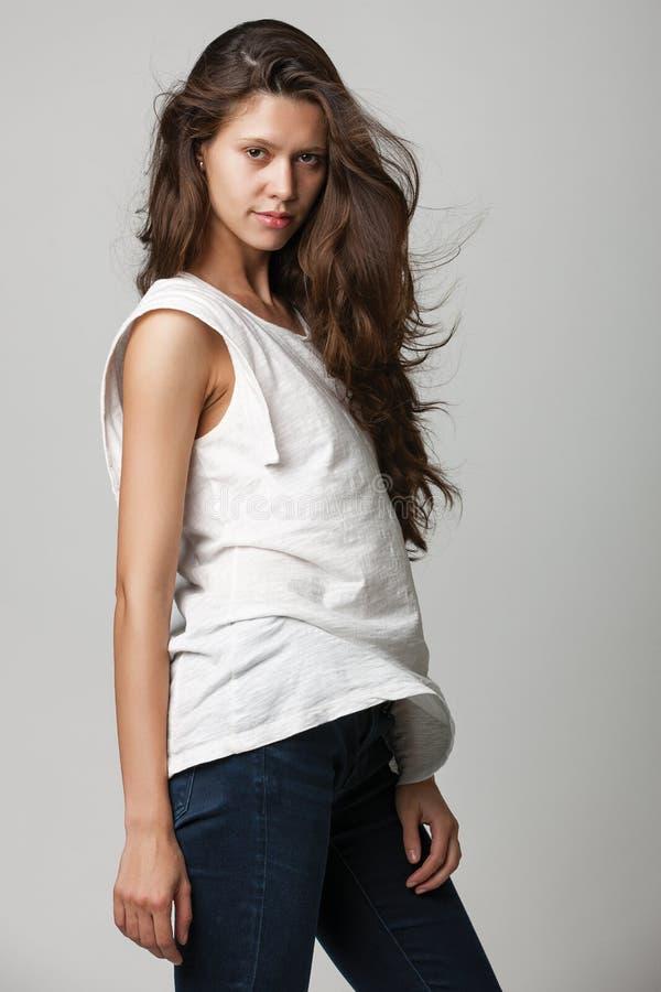 Stående av en trendig ung brunettskönhet arkivbild