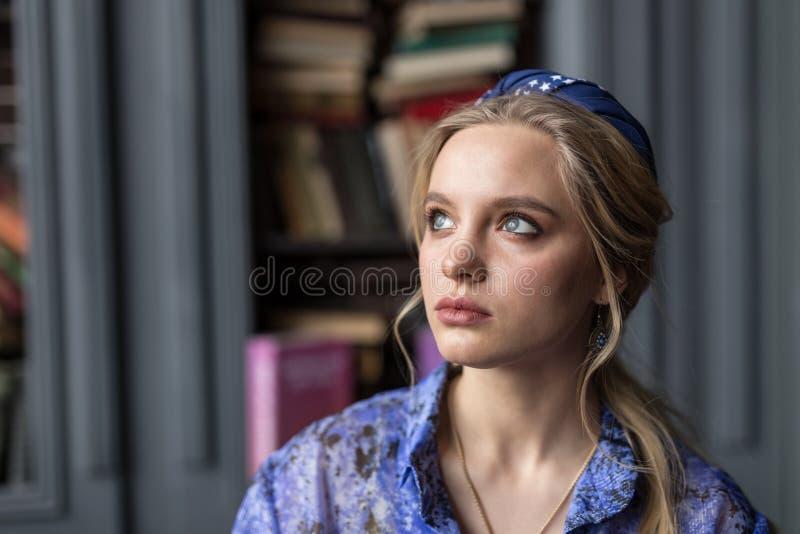 Stående av en trevlig ung blond kvinna royaltyfria foton