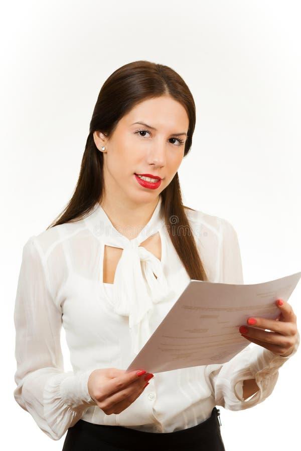 Stående av en ung affärskvinna som rymmer avtalet royaltyfri bild