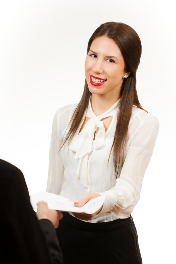 Stående av en ung affärskvinna som rymmer avtalet arkivfoto