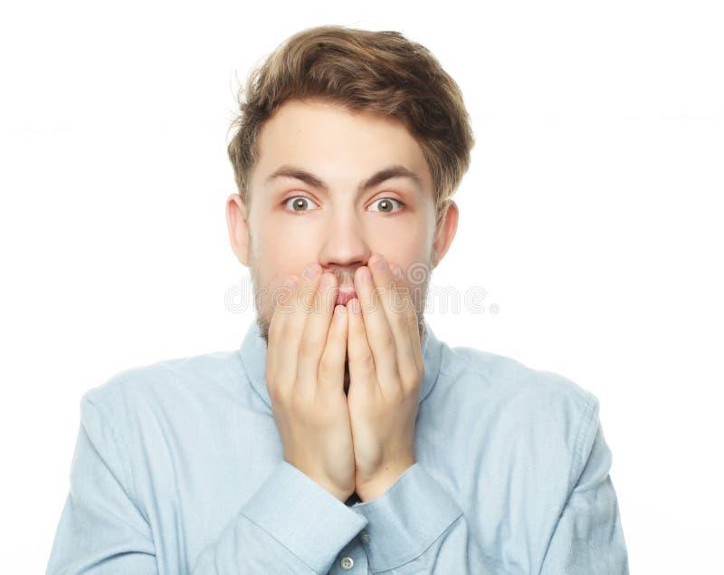 Stående av en ung affärsman som är rädd och som är förskräckt av något royaltyfria bilder