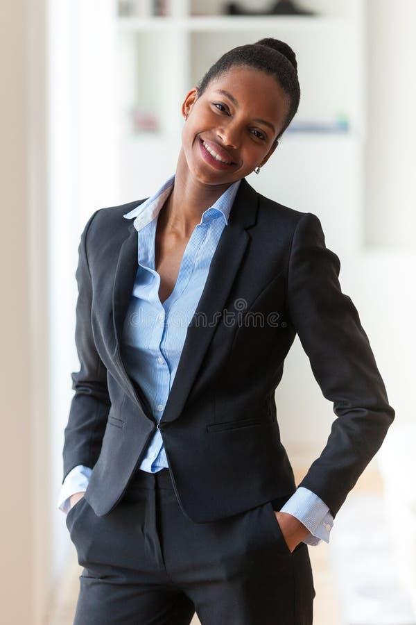 Stående av en ung afrikansk amerikanaffärskvinna - svart peop royaltyfri fotografi