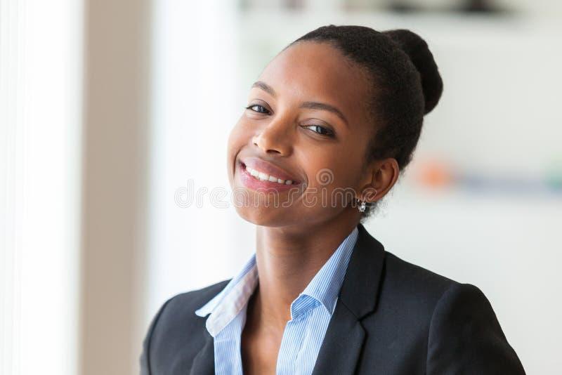 Stående av en ung afrikansk amerikanaffärskvinna - svart peop arkivfoton