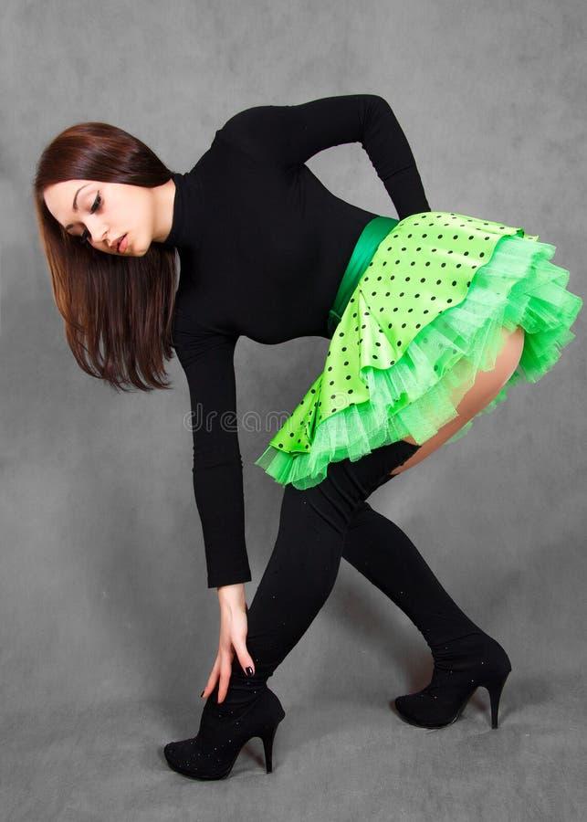 Stående av en ung attraktiv kvinna i ett ljust - grön kjol fotografering för bildbyråer