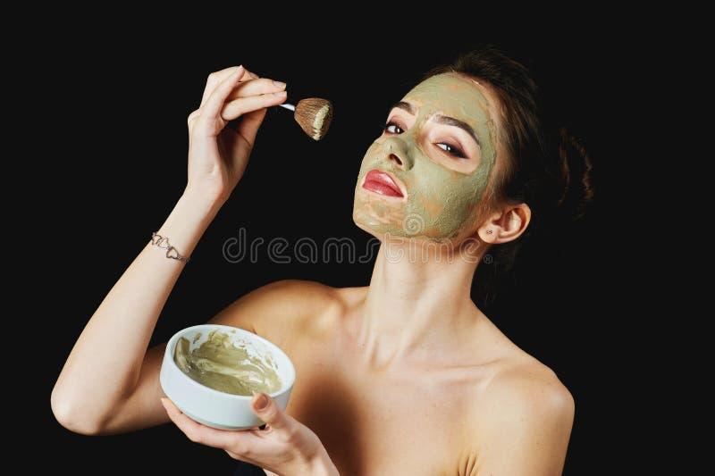Stående av en ung attraktiv kvinna i en kosmetisk maskering royaltyfria bilder