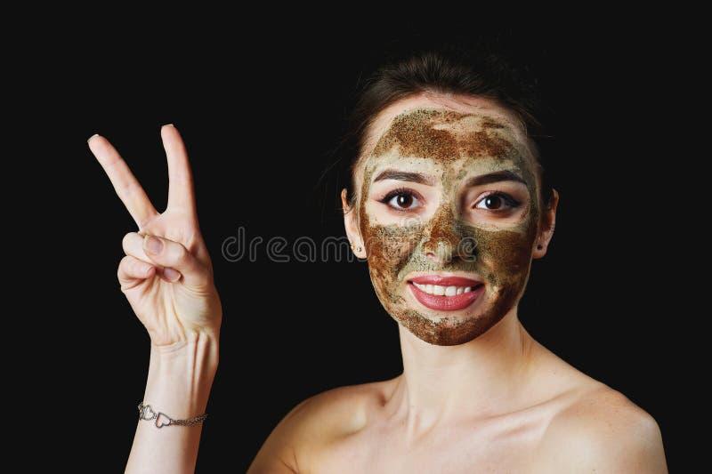 Stående av en ung attraktiv kvinna i en kosmetisk maskering fotografering för bildbyråer