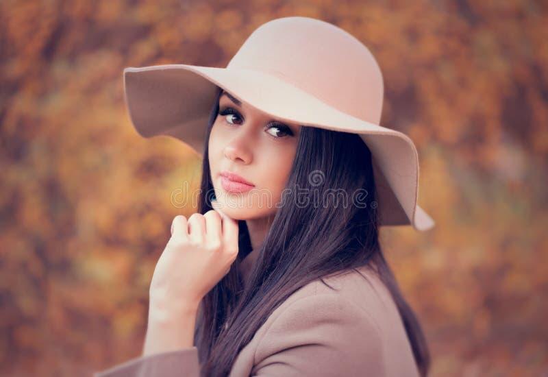 Stående av en ung attraktiv kvinna med långt brunt hår och b arkivfoto