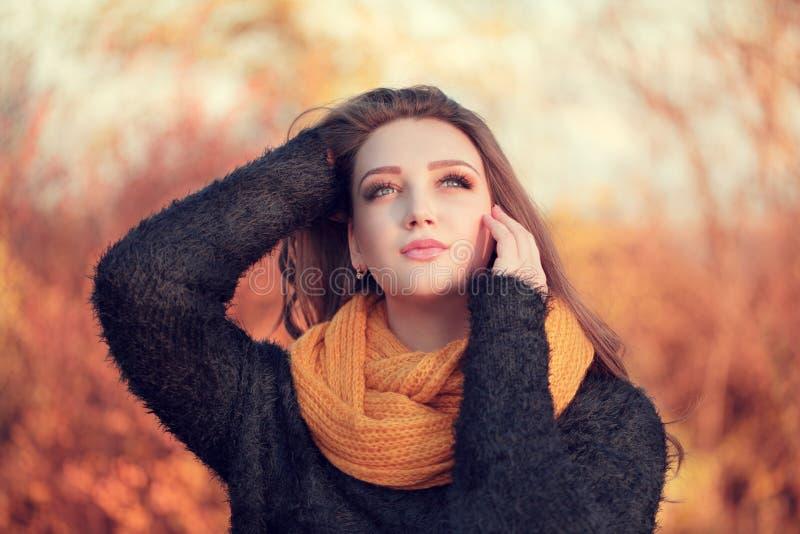 Stående av en ung attraktiv kvinna med långt brunt hår och b arkivbild