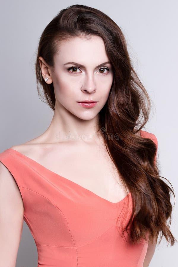 Stående av en ung attraktiv kvinna med ursnyggt hår arkivbild