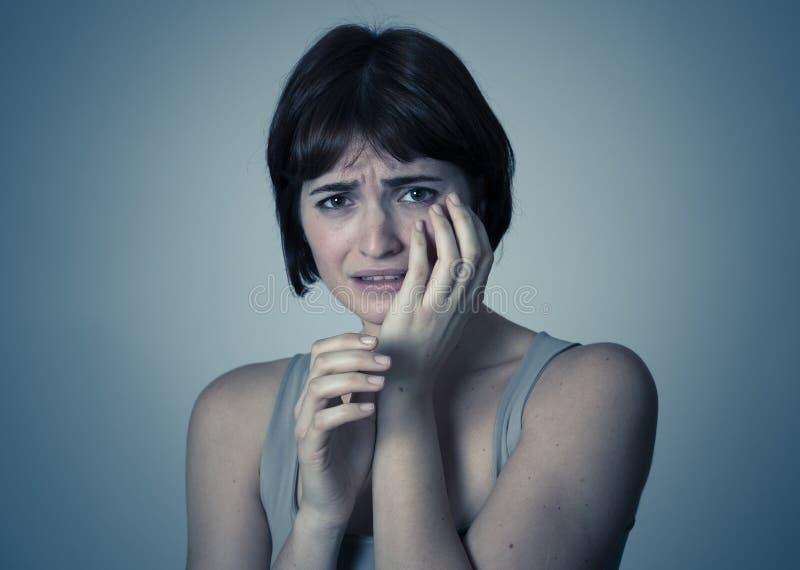 Stående av en ung attraktiv kvinna som ser skrämd och chockad Mänskliga uttryck och sinnesrörelser arkivfoton