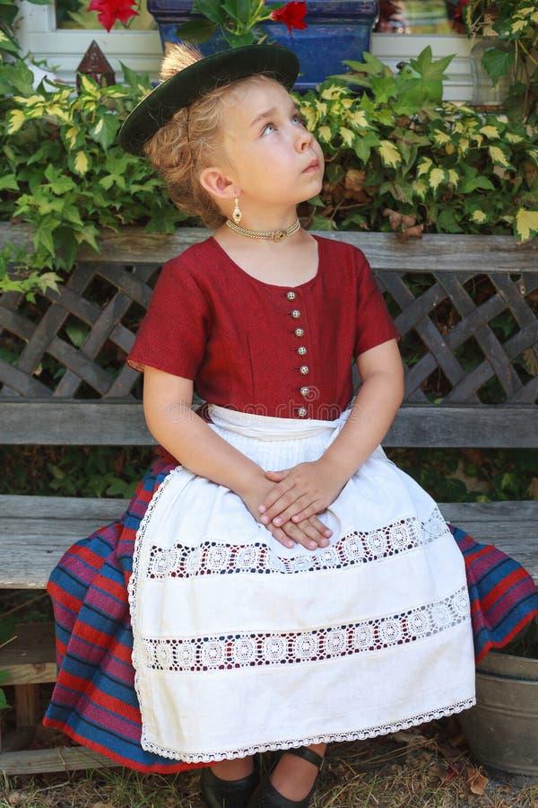 Stående av en ung bayersk flicka i en dirndl fotografering för bildbyråer