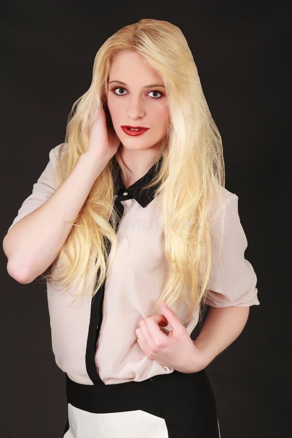 Stående av en ung blond kvinna med långt hår fotografering för bildbyråer