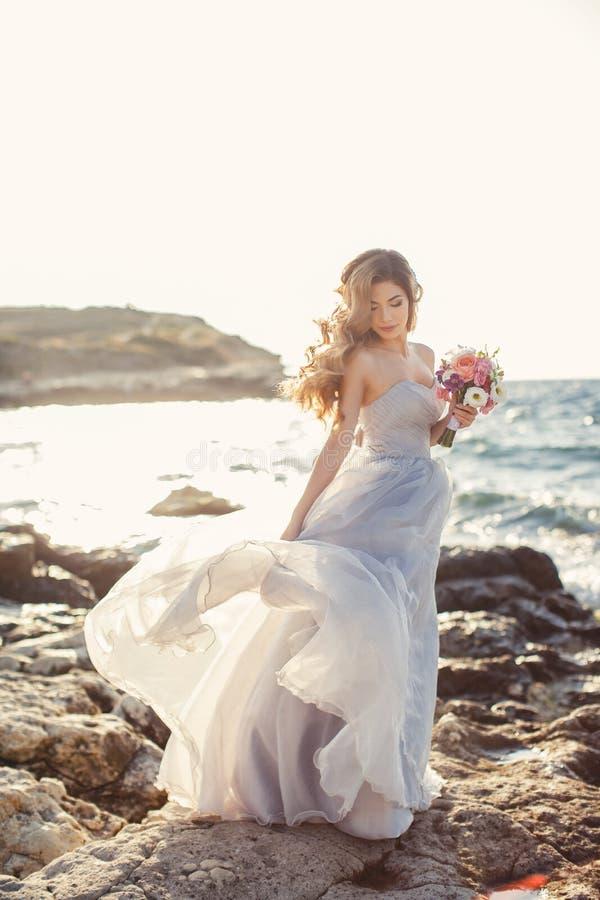 Stående av en ung brud på kusten av havet fotografering för bildbyråer