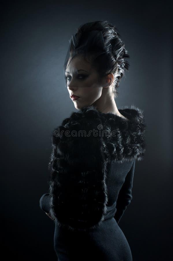 Stående av en ung brunett i en vampyrklänning royaltyfri foto