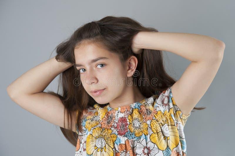 Stående av en ung brunettkvinna med långt hår royaltyfri fotografi