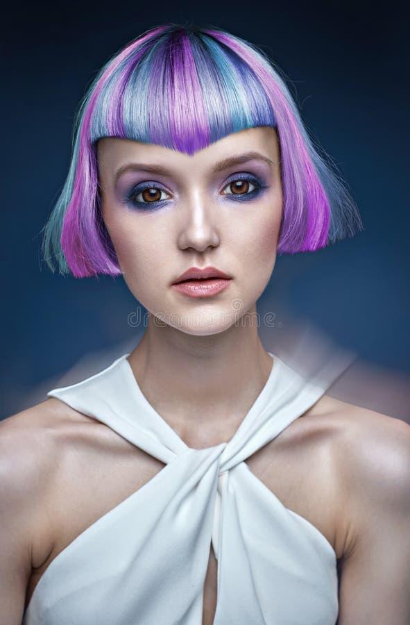 Stående av en ung dam med en färgrik frisyr royaltyfria foton
