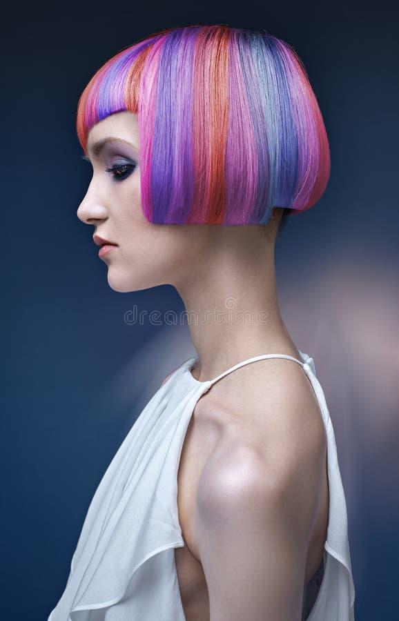 Stående av en ung dam med en färgrik frisyr royaltyfri fotografi