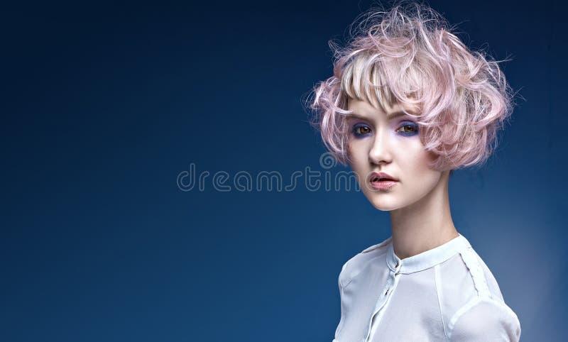 Stående av en ung dam med en special frisyr arkivbilder