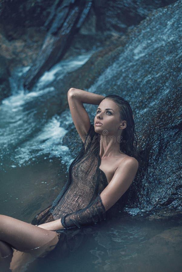 Stående av en ung dam som kopplar av i vattnet fotografering för bildbyråer