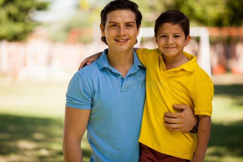 Stående av en ung fader och son arkivbilder