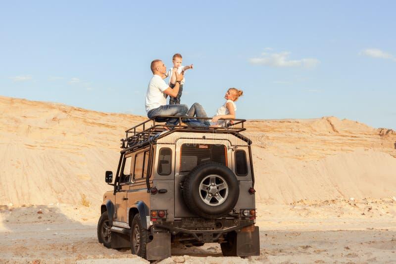 Stående av en ung familj med sonen i öknen arkivfoto