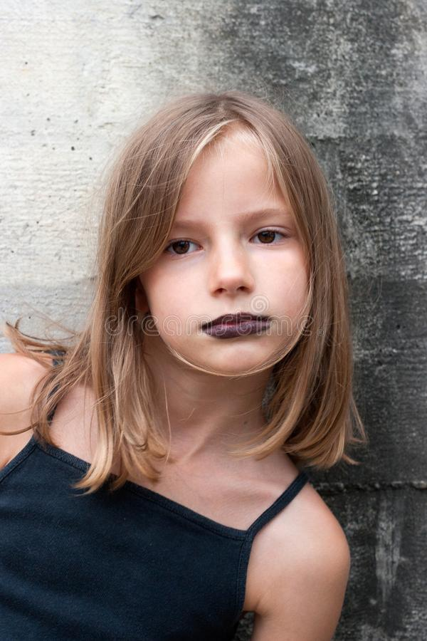 Stående av en ung flicka arkivfoto